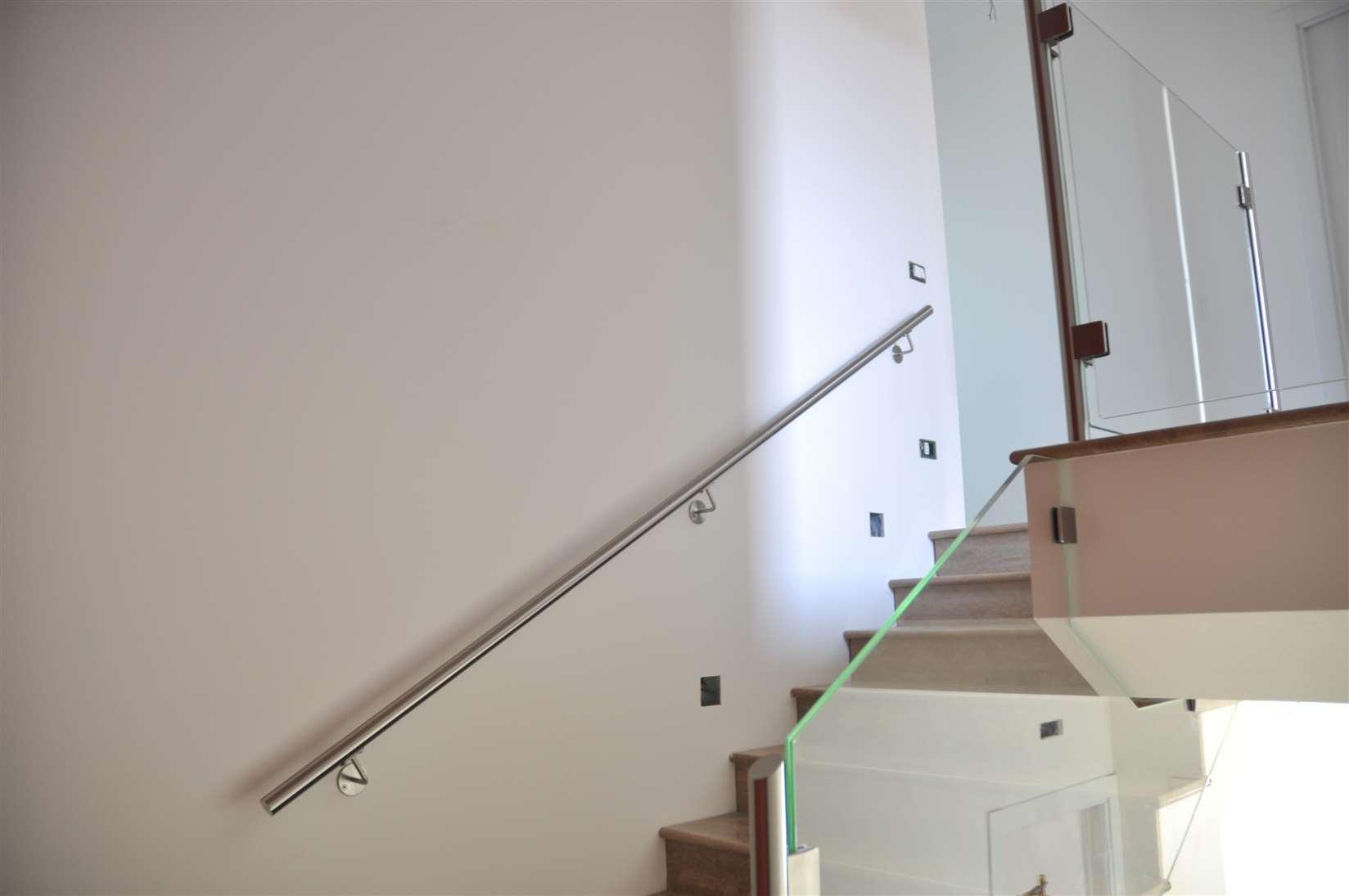 Corrimano per scale interne a muro fj53 regardsdefemmes - Corrimano a muro per scale interne ...
